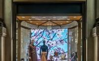 Prada 全球精品店换上全新橱窗