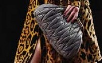 Miu Miu推出了全新的褶皱饺子包系列