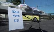 美国志愿者纷纷参与口罩和防护服的制作