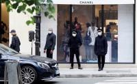 巴黎众多奢侈品门店恢复营业,店内光景与以往大不同