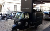 品牌 Givenchy打造一辆电动三轮车作为移动果汁吧