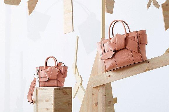 Acne Studios与Mulberry推出联名包袋系列