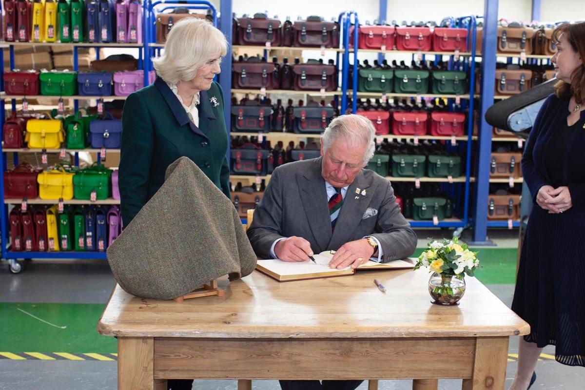 查尔斯王子参观剑桥包工厂推出皇室特别系列