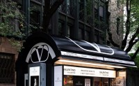 品牌 Valentino定制了一个报亭